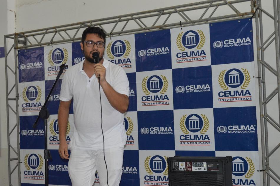Estudante Erick Matheus dando início ao Karaokê do Ceuma Cultural