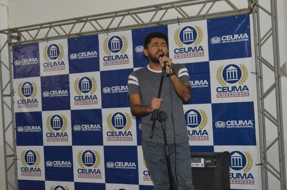Tino Henrique, estudante de Psicologia, se emciona ao cantar uma de suas músicas favoritas.