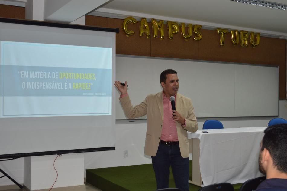 Alexandre Carmo ministrando palestra de Engenharia