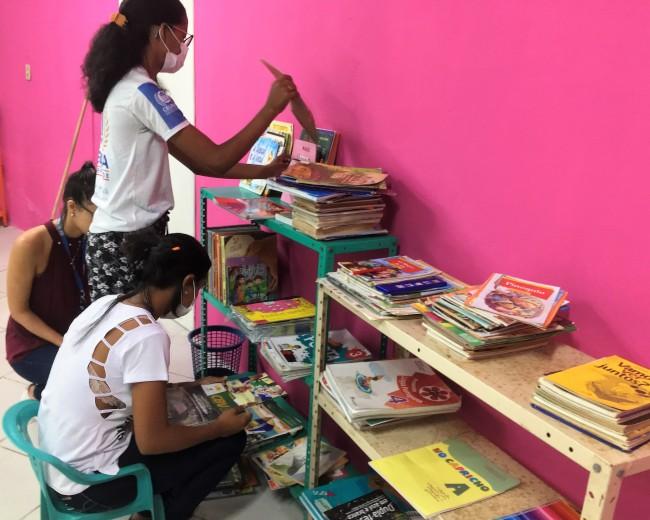 foto 1 , arrumando os livros.