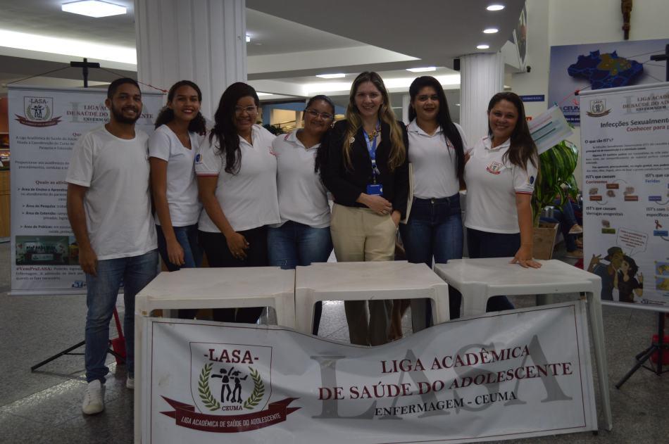 Professora Anieli Aranha e alunos em mostra da LASA