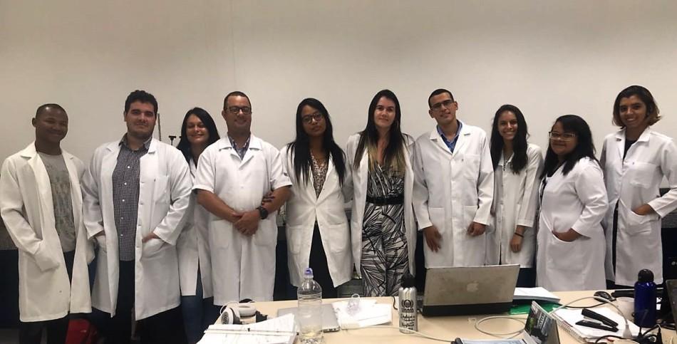 M MOVIMENTO SUSTENTAVEL - Profa. Ma. Cintia Leite Gonçalves (ao centro) com parte da equipe de alunos e professores