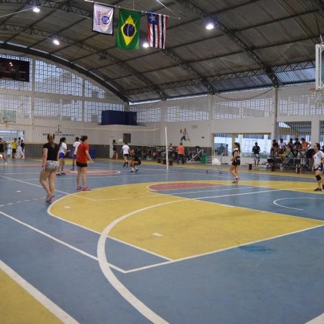 Alunos jogando vôlei