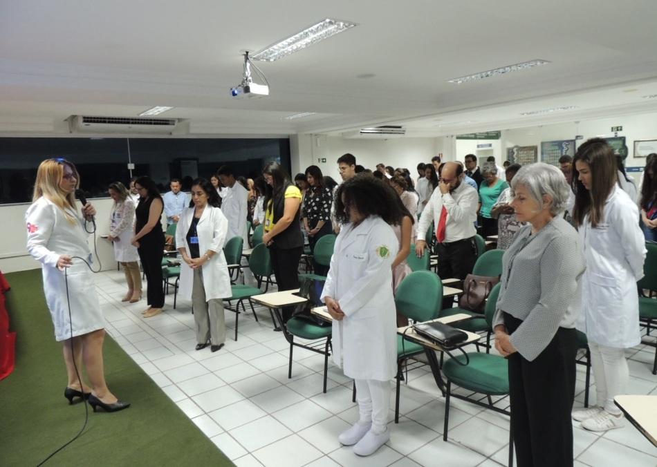 Professora Mestre Marinete Diniz dando início ao Hino do curso de Enfermagem