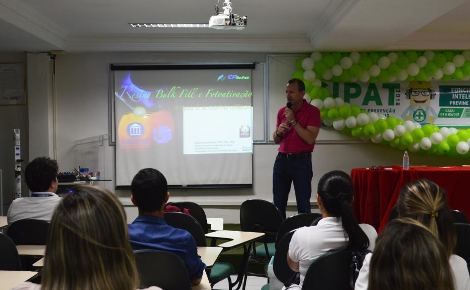 Dentista e pesquisador Carlos José Soares ministrando palestra (1)